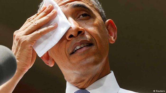 U.S. President Barack Obama wipes his forehead as he speaks about his vision to reduce carbon pollution while preparing the country for the impacts of climate change while at Georgetown University in Washington, June 25, 2013. REUTERS/Larry Downing (UNITED STATES - Tags: POLITICS ENVIRONMENT) / Eingestellt von wa