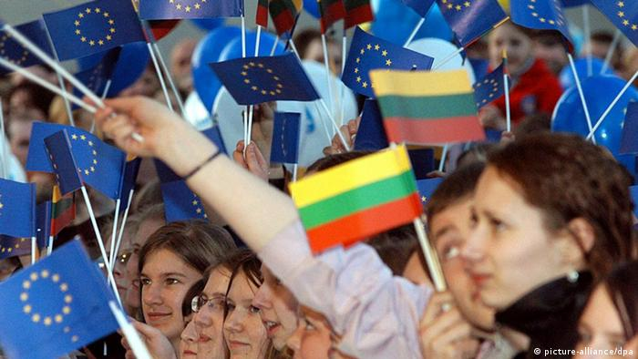 Lithuanian youths wave European Union flags and National flags as they celebrate Lithuania's entry to the European Union marked by a concert at Cathedral square in Vilnius, Friday 30 April 2004. Ten countries, including eight ex-communist nations of central and eastern Europe, joined the European Union on Saturday in the blocÑs most ambitious expansion since its founding in 1957. Foto: STR dpa pixel