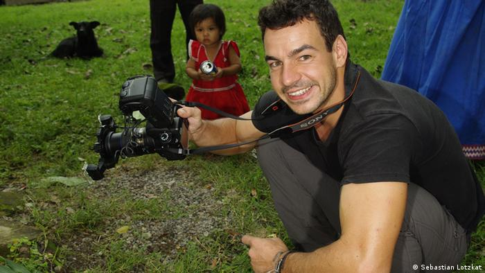 Biologist Andreas Hertz with camera in Panama (Photo: Sebastian Lotzkat)