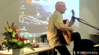 Эккехард Маас исполняет песни Булата Окуджавы на презентации книги и фильма Инкогнито по дружественной стране в Дюссельдорфе