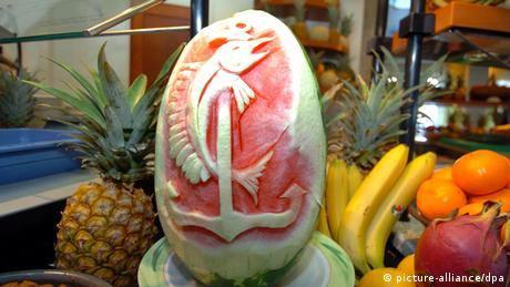 Watermelon carved with art work (picture-alliance/dpa)