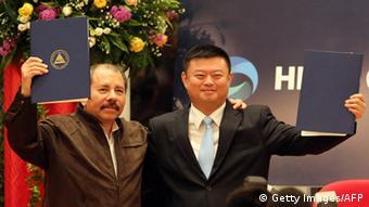 Daniel Ortega y Wang Jing, presidente de la compañía HK Nicaragua Development Gran Canal Interoceánico.