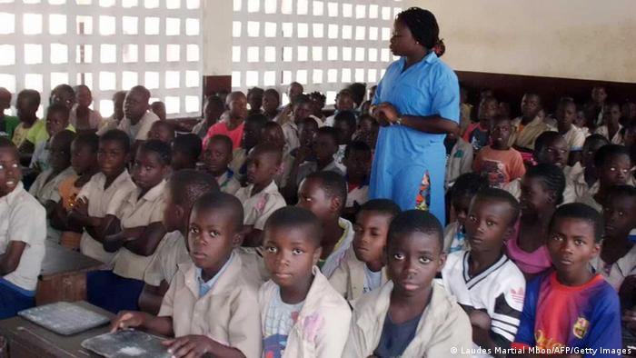 A Congolese teacher speaks to pupils in a classroom (Photo: Laudes Martial Mbon)