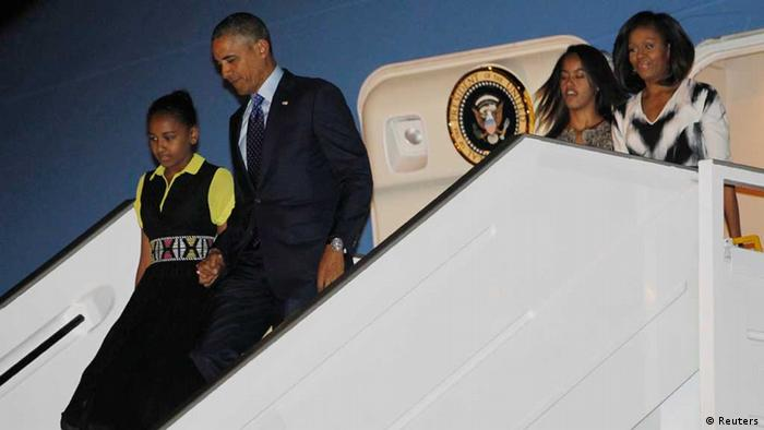 U.S. President Barack Obama (2nd L) and first lady Michelle Obama (R) arrive with their daughters Sasha (L) and Malia in Dakar June 26, 2013. The first family arrived in Senegal on Wednesday, the first of three countries on their week-long trip. REUTERS/Jason Reed (SENEGAL - Tags: POLITICS) / Eingestellt von wa