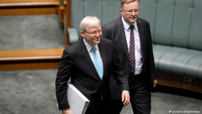 epa03762062 Newly sworn-in Australian Prime Minister Kevin Rudd (L) and Deputy Prime Minister Anthony Albanese arrive at the House of Representatives at Parliament House in Canberra, Australia, 27 June 2013. Kevin Rudd was sworn in as Australia's new prime minister 27 June after defeating Julia Gillard in a Labor party caucus ballot. Her party dumped Gillard because it is trailing Tony Abbott's conservatives in opinion polls and faced a disastrous showing at the ballot box. EPA/ALAN PORRITT AUSTRALIA AND NEW ZEALAND OUT