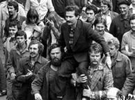 Lech Walesa es llevado en andas en medio de una manifestación del sindicato Solidaridad, Polonia 1980. Kolakowski lo apoyó.
