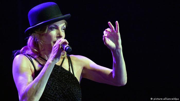 Die Sängerin Ute Lemper bei einem Konzert 2012. Foto: EPA/WAEL HAMZEH