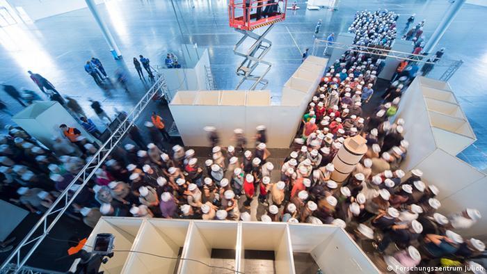 An image showing participants in the experiment on crowd behavior (Photo: Forschungszentrum Jülich, Ralf Eisenbach) )