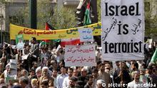 Mit einem Bild des Israel ist der Terrorist protestieren am 26.3.2004 Iraner gegen Israel nach dem Freitagsgebet in Teheran. Die gezielte Tötung des Hamas-Gründers Scheich Ahmed Jassin vor einer Moschee in Gaza-Stadt hat am 22.3. Schockwellen in der gesamten arabischen Welt ausgelöst. Von Kairo bis Bagdad gab es schärfste Proteste gegen die Liquidierung Jassins. «Sie erklären nicht nur den Palästinensern den Krieg, sie führen Krieg gegen Araber und Muslime, sie führen Krieg gegen den Islam selbst», sagte auch der Hamas-Führer Rantisi.