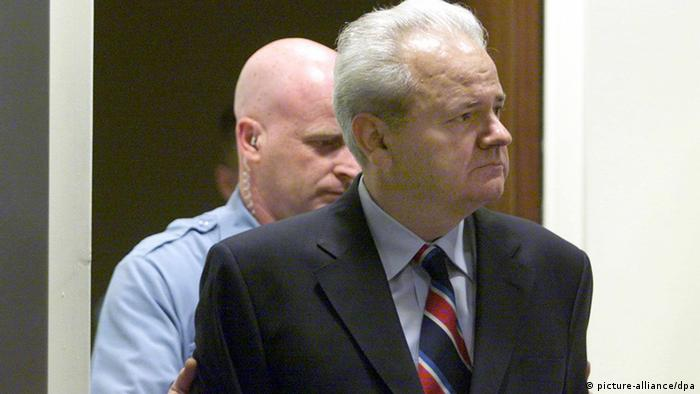 Milosevic Haager Tribunal Archiv 2001 (picture-alliance/dpa)