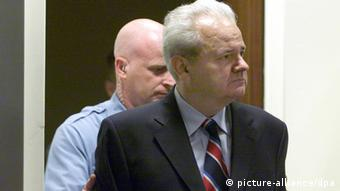 Former Yugoslav president Slobodan Milosevic is led into the courtroom of the UN War Crimes Tribunal in The Hague (picture-alliance/dpa)