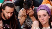 ARCHIV - Junge Demonstranten, die zur Bewegung 15-M gehören, sitzen auf einem Platz in Madrid, Spanien, am 14.05.2012. Europa steckt noch tief in der Krise, auch wenn mancherorts Entwarnung gegeben wird. Die Länder im Süden wollen Hilfe im Kampf gegen Rezession und Arbeitslosigkeit. Foto: Javier Lizon/dpa (zu dpa-KORR «Europas Süden pocht beim EU-Gipfel auf Hilfe» vom 25.06.2013) +++(c) dpa - Bildfunk+++