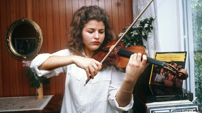 Anne-Sophie Mutter playing violin at the age of 17 (picture-alliance/dpa)