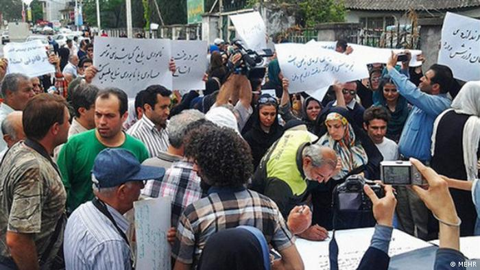 Titel: Protest Bildbeschreibung: Bürger protestieren gegen Bau einer Schnellstraße durch eine Naturgebiet in Stadt Noshahr. Stichwörter: Iran, Protest, Noshahr, Natur, Umwelt Quelle: MEHR Lizenz: Frei Zulieferer: Maryam Ansary