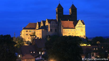 Germany, Harz region Quedlinburg castle at night (picture-alliance/dpa)