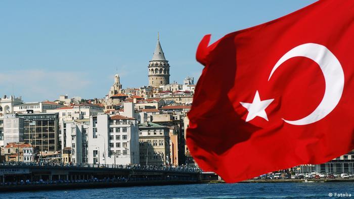 Ansicht von Istanbul hinter einer türkischen Flagge (Foto: Fotolia)