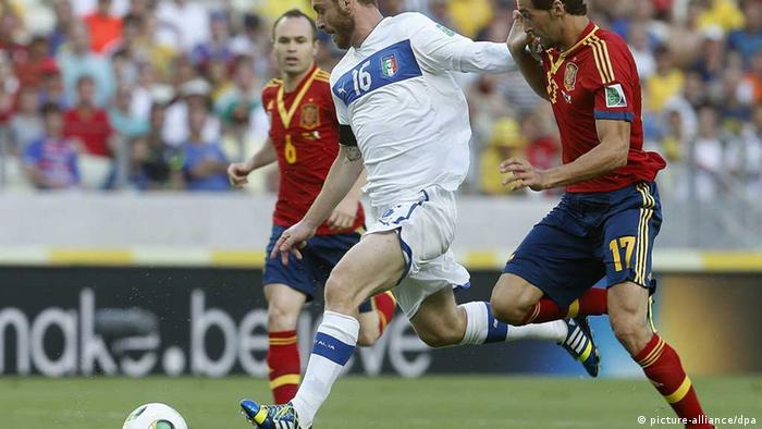 epa03763647 Spanish National soccer team defender Alvaro Arbeloa (R) fights for the ball with midfielder Daniele De Rossi (L) of Italy during the FIFA Confederations Cup semi final match between Italy and Spain played at Castelao stadium in Fortaleza, Brazil, 27 June 2013. EPA/FELIPE TRUEBA +++(c) dpa - Bildfunk+++