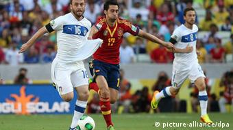 epa03763587 Daniele De Rossi (L) of Italy vies for the ball with Alvaro Arbeloa of Spain during the Confederations Cup semi final match between Spain and Italy at the Castelao stadium in Fortaleza, Brazil, 27 June 2013. EPA/OLIVER WEIKEN