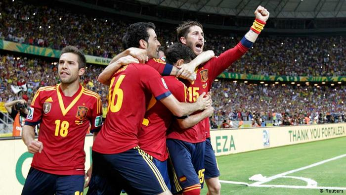 Spain's Sergio Ramos (R) gestures as he celebrates after Jesus Navas scored the winning penalty goal against Italy during the penalty shootout of their Confederations Cup semi-final soccer match at the Estadio Castelao in Fortaleza June 27, 2013. REUTERS/Jorge Silva (BRAZIL - Tags: SPORT SOCCER) / Eingestellt von wa