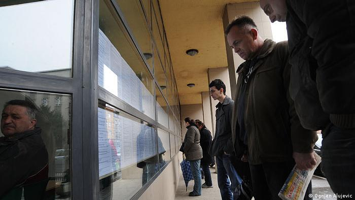 Arbeitslose vor dem Arbeitsamt in Zagreb, Kroatien (Ognjen ALUJEVIC)
