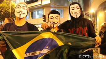 تظاهرات مخالفان در بیرون از استادیوم ماراکانا