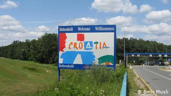A sign welcoming drivers to Croatia