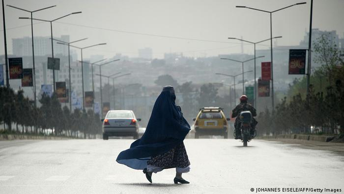 Žena prelazi ulicu u Kabulu