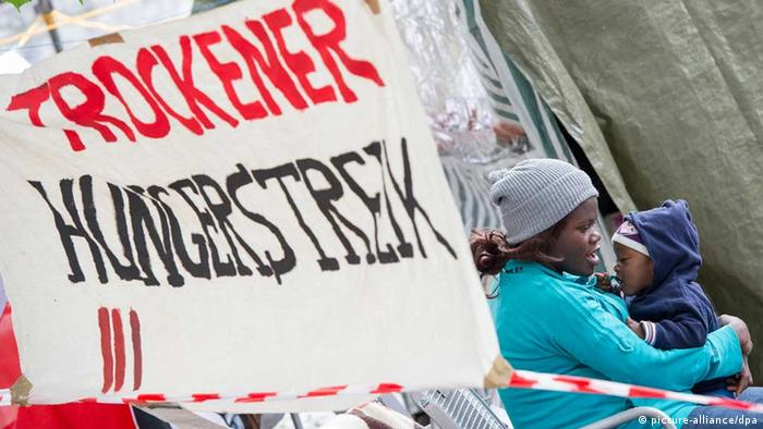 Ein Transparent mit der Aufschrift Trockener Hungerstreik hängt in München in einem Zeltlager von hungerstreikenden Flüchtlingen (Foto: dpa)