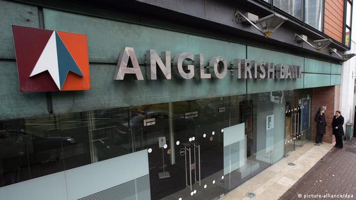 [18184350] Anglo Irish Bank braucht weitere Milliarden Staff stand outside a branch of the Anglo Irish Bank in Belfast, Northern Ireland, 31 March 2010. The Irish government will inject another 8.3bn euros (£7.4bn, $9.9bn) into the nationalised Anglo Irish Bank, it has been announced. Irish Finance Minister Brian Lenihan said pumping in more money was 'the least worst option'. Allied Irish Banks and Bank of Ireland will try to raise money from private investors. But Allied Irish Banks will probably require taxpayer support, the finance minister added. EPA/PAUL MCERLANE