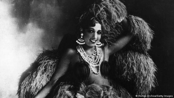 Josephine Baker in an extravagant dress with feathers (Foto: Hulton Archive/Getty Images)