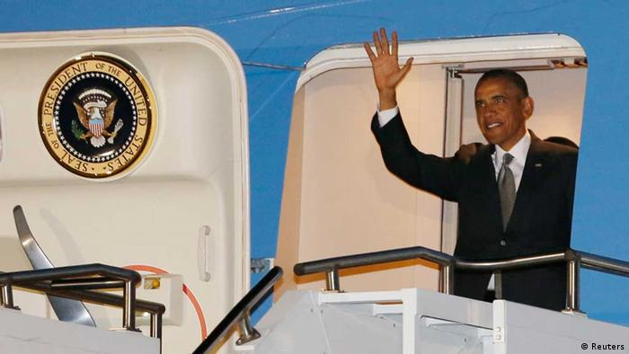 U.S. President Barack Obama waves while arriving at Waterkloof Air Base in South Africa June 28, 2013. REUTERS/Jason Reed (SOUTH AFRICA - Tags: POLITICS)