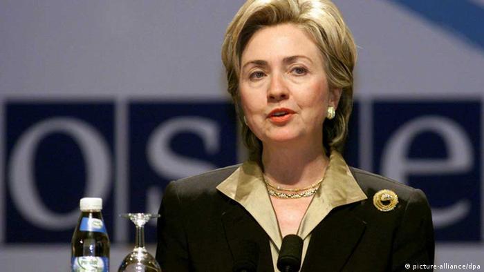 هیلاری کلینتون (متولد ۱۹۴۷) در سال ۱۹۷۵ با بیل کلینتون ازدواج کرد. او تنها بانوی اول آمریکاست که خود کاندیدای مقام ریاست جمهوری بوده است. هیلاری در دوران فعالیتاش به عنوان بانوی اول به ویژه در زمینههای اجتماعی و بهداشتی تلاشهای زیادی کرد. او بعدها به عنوان وزیر امور خارجه دولت باراک اوباما انتخاب شد و سپس نامزد حزب دموکرات برای ریاست جمهوری آمریکا در انتخابات ۲۰۱۶ بود، اما از ترامپ شکست خورد.