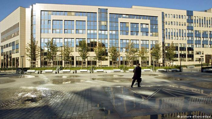 Ein Eurokrat geht am 15.10.2003 auf das Justus-Lipsius-Gebäude in Brüssel zu, in dem der Europarat untergebracht ist.