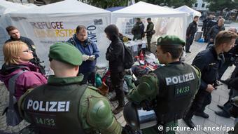 Polizisten räumen am 30.06.2013 in München (Bayern) ein Zeltlager, in dem zuvor rund 50 Asylbewerber einen Hungerstreik abhielten. (Foto: dpa)