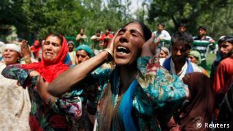 Trauernde Frauen in Kaschmir, nach dem Tod eines erschossenen Demonstranten