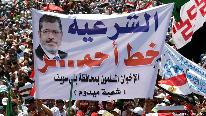 epa03764865 Egyptian activists gather in support of Egyptian President Mohammed Morsi during a pro-government rally in Cairo, Egypt, 28 June 2013. Supporters of Morsi rallied two days ahead of mass protests planned by opposition groups to call on the Islamist leader to step down. EPA/KHALED ELFIQI +++(c) dpa - Bildfunk+++