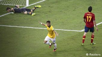 Brazil's Neymar (C) celebrates scoring a goal past Spain's goalkeeper Iker Casillas (L) and Alvaro Arbeloa (R) during the Confederations Cup final soccer match at the Estadio Maracana in Rio de Janeiro, June 30, 2013. REUTERS/Paulo Whitaker (BRAZIL - Tags: SPORT SOCCER) / Eingestellt von wa