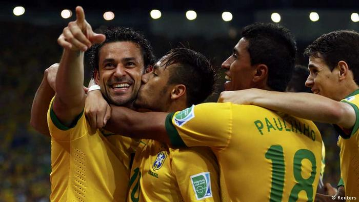 From L to R) Brazil's Fred celebrates with teammates Neymar, Paulinho and Oscar after scoring against Spain during their Confederations Cup final soccer match at the Estadio Maracana in Rio de Janeiro June 30, 2013. REUTERS/Jorge Silva (BRAZIL - Tags: SPORT SOCCER TPX IMAGES OF THE DAY) / Eingestellt von wa