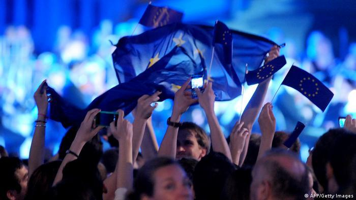 Hrvati slave ulazak u EU mašući zastavama Europske unije.
