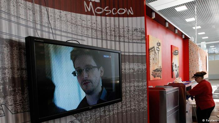 A television screens the image of former U.S. spy agency contractor Edward Snowden during a news bulletin at a cafe at Moscow's Sheremetyevo airport June 26, 2013. Russian President Vladimir Putin confirmed on Tuesday that Snowden, sought by the United States, was in the transit area of a Moscow airport but ruled out handing him to Washington. REUTERS/Sergei Karpukhin (RUSSIA - Tags: POLITICS CRIME LAW TRANSPORT)