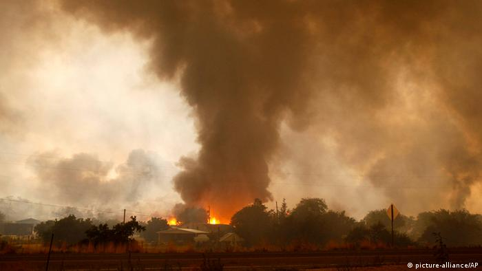 Smoke billows as a wildfire destroys homes in Arizona (picture-alliance/AP)