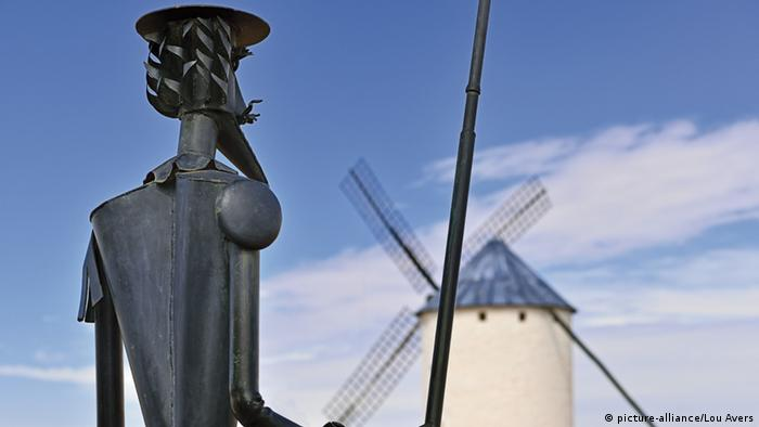 Estátua de Dom Quixote junto a um moinho em Campo de Criptana