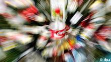 Leere Flaschen u.a. von Coca Cola liegen am 05.06.2005 in Nürnberg auf einem Campingplatz des Festivals Rock im Park. Foto: Alexander Rüsche dpa +++(c) dpa - Report+++