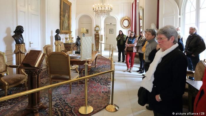 Besucher besichtigen die große Diele im Haus Doorn (Foto: dpa)