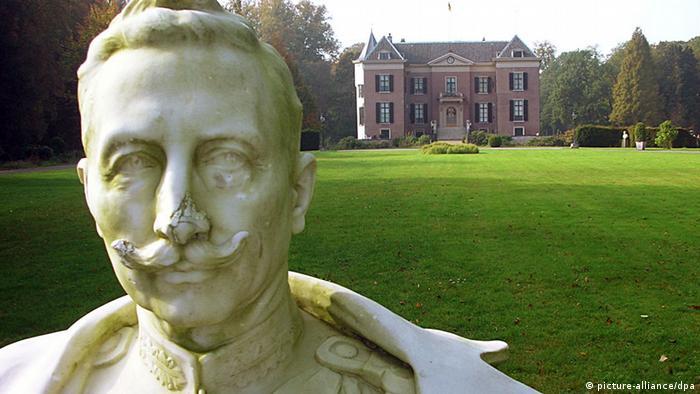 Büste von Kaiser Wilhelm II. vor dem niederländischen Landschloss Doorn (Foto: dpa)