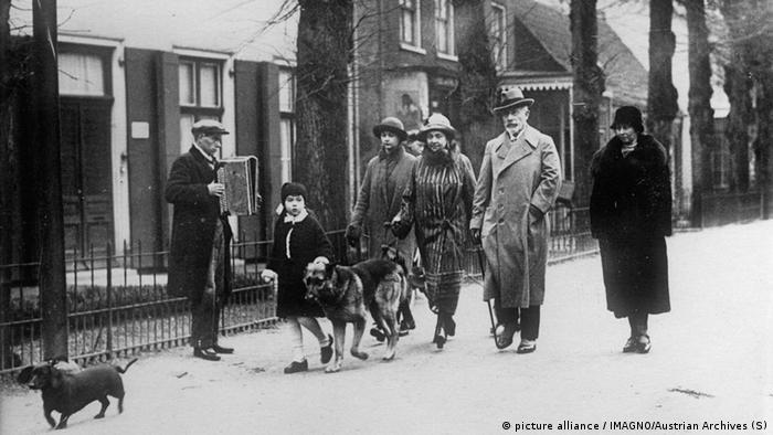Wilhelm II. mit seiner Frau Hermine und deren Töchtern auf einem Spaziergang im Exil (Foto: picture alliance)