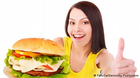 Frau hält einen Hamburger