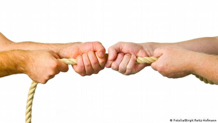 Hände ziehen an einem Strick - freigestellt auf weissem Hintergrund