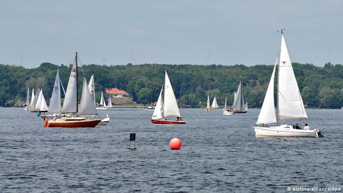 دریاچه وانزه در نزدیکی برلین واقع شده و از رودخانه هاول تغذیه میشود. این دریاچه ۸ هزار و ۹۵۱ کیلومتر مربع وسعت دارد و عمق آن نزدیک به ده متر است.