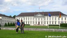 Autor: Elisabeth Jahn Schloss Bellevue in Berlin mit Touristen aus San Francisco